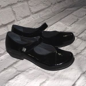 New Dansko size 37 black patent leather shoes